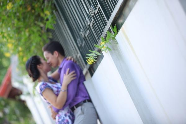 Nhành hoa tươi thắm bé xinh xinh báo tin mừng Nụ đào phong kín cánh mong manh hé hoa lòng