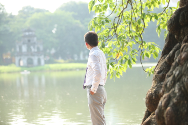 Ôi nhớ Hồ Gươm xanh thắm Nơi Tháp Rùa nghiêng soi bóng Thành cũ Thăng Long hồn nước non thiêng Còn lắng đâu đây dấu xưa oai hùng Hà Nội ơi