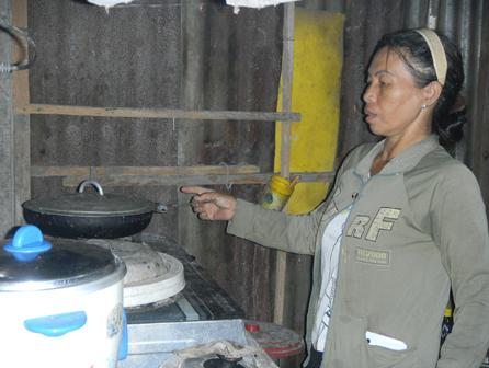 Hằng ngày, chị Liên vẫn vào bếp nấu ăn cho đứa con gái.