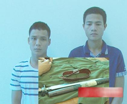 Hai đối tượng Nguyễn Đình Hà và Hà Văn Bình cùng tang vật tại cơ quan điều tra.