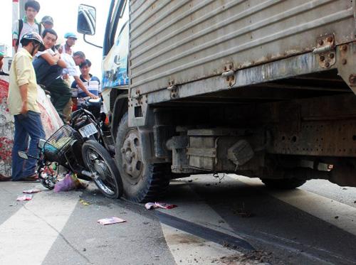 Xe tải đã kéo lê nạn nhân 4m rồi đâm đầu vào dải phân cách. Ảnh: Châu Thành