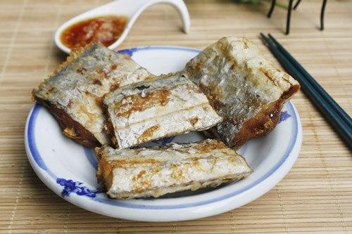 Cá hố rán giòn được chấm kèm với nước mắm cay, làm món mặn ăn với cơm.