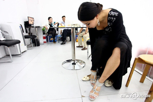 Li changes into the pair of 10cm high heel only before the start of exhibition.