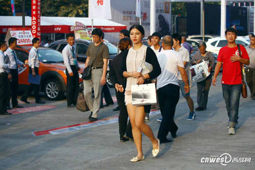 After the exhibition, Li changes into casual clothes and flats and leaves the exhibition hall.