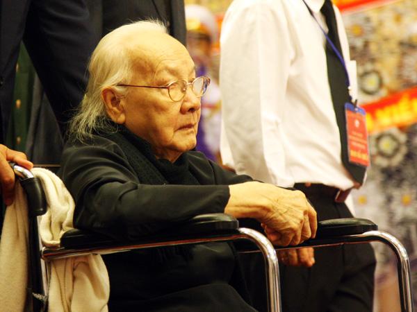 Vợ và con trai cố tổng bí thư Nguyễn Văn Linh ghi sổ tang.