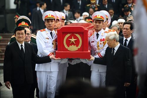 Chủ tịch nước Trương Tấn Sang và Tổng bí thư Nguyễn Phú Trọng tiễn linh cữu của Đại tướng ra linh xa.