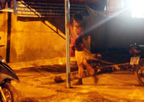 Miền nam - TP HCM: Khu phố náo loạn vì người đàn ông 'múa cột'  (Hình 2).