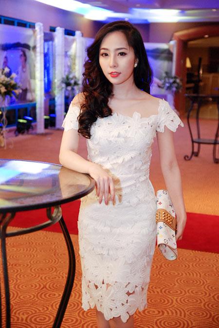 Quỳnh Nga đẹp yêu kiều với gam trắng