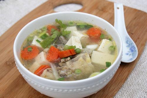 Bát canh nóng với vị ngọt từ nước dùng gà, thêm đậu phụ non beo béo, xen lẫn với cà rốt và hạt đậu Hà Lan. Đây là món canh bổ dưỡng cho cả gia đình vào mùa đông rét mướt.