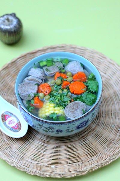 Bát canh đơn giản, dễ chế biến, mang vị ngọt dịu từ ngô, cà rốt, đậu và thêm chút dai dai của bò viên.