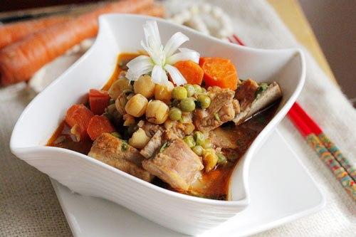 Hãy đổi bữa cho gia đình với món sườn nấu đậu, phần sườn thấm mềm, quyện với vị bùi bùi của hạt sen, thêm đậu và cà rốt, dùng kèm với bánh mỳ hay xôi đều ngon.