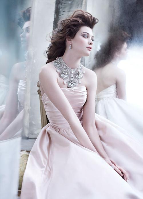Lưu ý chọn váy cho tiệc cưới buổi tối
