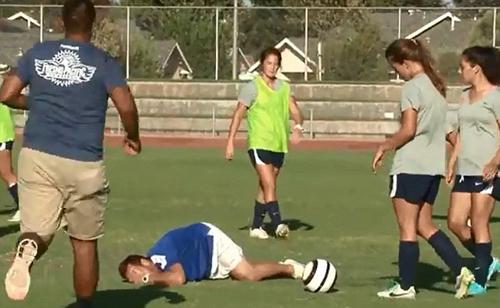 Đang đi bóng hướng dẫn các cô gái trong tuyển bóng đá của Đại họcFresno Pacific University, California, Fabricio bất ngờ bị nằm ra sân lăn lộn có vẻ rất đau đớn khiến một đội y tế phải chạy tức tốc vào sân hỏi han xem xét tình hình chấn thương của chàng HLV trẻ.