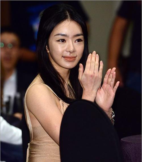 Khuôn mặt Seo Woo dần trở nên xộc xệch.