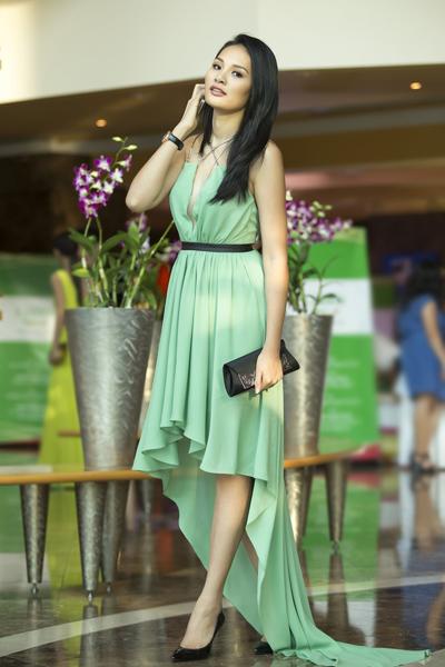 Hoa hậu Hương Giang lưng trần nuột nà