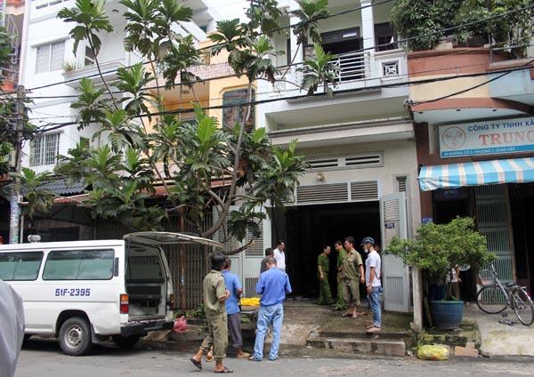 Cảnh sát có mặt khám nghiệm hiện trường căn nhà. Ảnh: Châu Thành