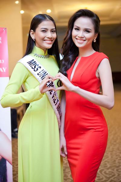Hoa hậu Diễm Hương có mặt trong buổi giao lưu với vai trò mới - Đại sứ Hoa hậu Hoàn vũ. Diễm Hương là người hỗ trợ Trương Thị May trong quá trình chuẩn bị lên đường. Cô đã chia sẻ cho đại diện năm nay của Việt Nam những kinh nghiệm quý báu tích lũy được trong cuộc thi năm ngoái.