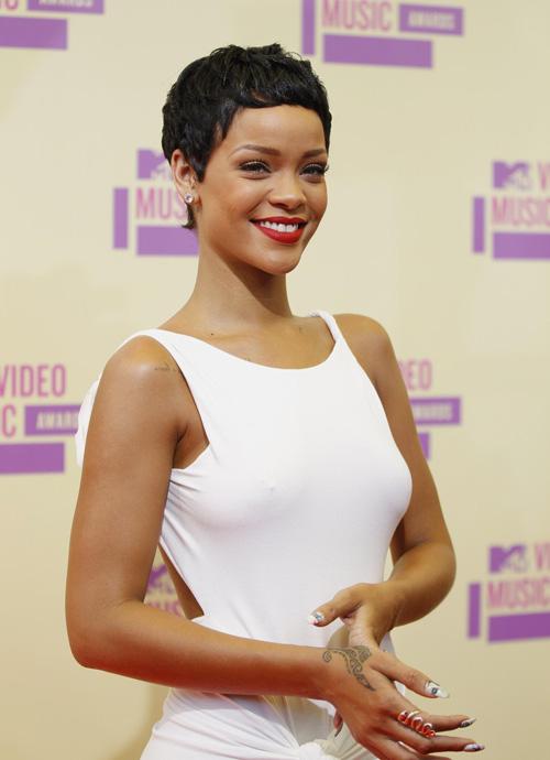RT-Rihanna-3-2597-1382414863.jpg
