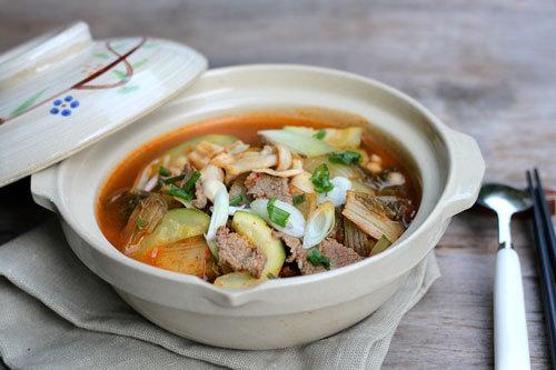 Món canh chua cay mang hương vị Hàn Quốc được biến tấu đậm đà hơn với chút nấm tươi và bí ngồi giòn ngọt.