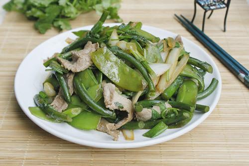 Ngồng tỏi giòn, được xào cùng với thịt bò mềm thơm và đậu Hà Lan dùng làm món mặn ăn với cơm hoặc món nhắm đều ngon.