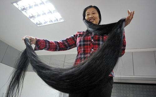 Mỗi ngày Ni phải dành ra hai tiếng để gội đầu và sấy tóc. Ngoài ra để tránh cho mái tóc dài bị chạm xuống đất, cô thường búi lên đỉnh đầu.