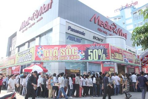 Khai trương lúc 15h nhưng trước đó, mọi người đã bao quanh siêu thị đứng chờ, bất chấp cái nắng gay gắt.