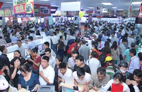 Mỗi nhân viên bị bao vây bởi cả trăm khách hàng.