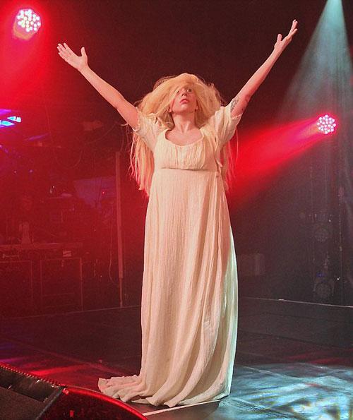 Lady Gaga bất ngờ thoát y trên sàn diễn