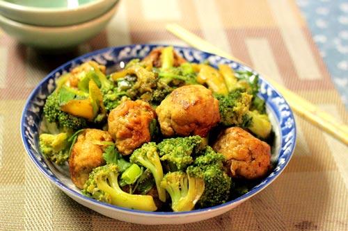 Với thịt gà xay sẵn bạn có thể chế biến thành món chả gà rim, được ăn kèm cùng với súp lơ xanh, có đầy đủ rau và thịt cho cả nhà.