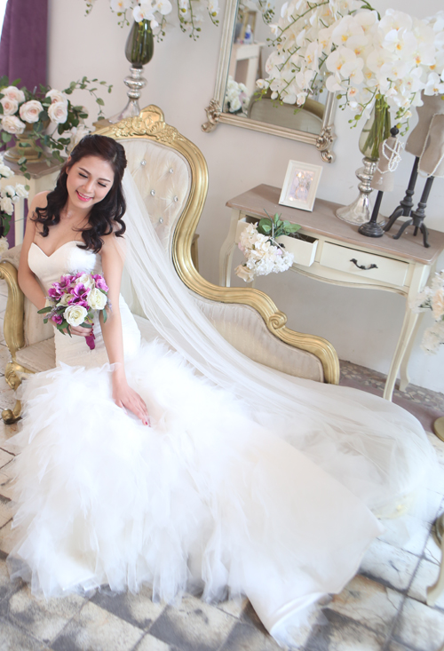 Váy cưới đuôi dài cầu kỳ cuốn hút cô dâu Việt