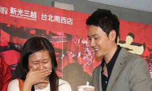 Fan nữ khóc vì được ôm Phùng Thiệu Phong