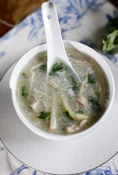 Bát súp nóng hổi với vị ngọt thanh từ nước dùng, ngon ngọt của thịt gà, măng tươi giòn mát và thoang thoảng mùi thơm của gừng.