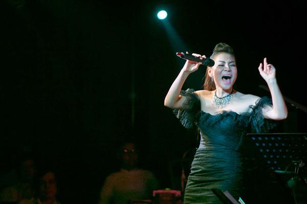 Trong đêm nhạc, Thu Minh thể hiện những ca khúc gắn liền với tên tuổi cô như: 'Bay', 'Đường cong', 'Xinh'...