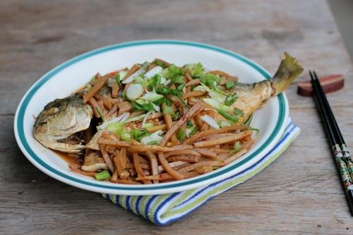 Cá chim ngọt, quyện lẫn với măng tươi giòn giòn, thấm lẫn gia vị và chút cay nhẹ của ớt sa tế.