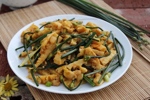 Món xào với măng và bông hẹ giòn, chế biến khá đơn giản, bổ sung thêm trong thực đơn nhà bạn một món ngon, dễ làm.