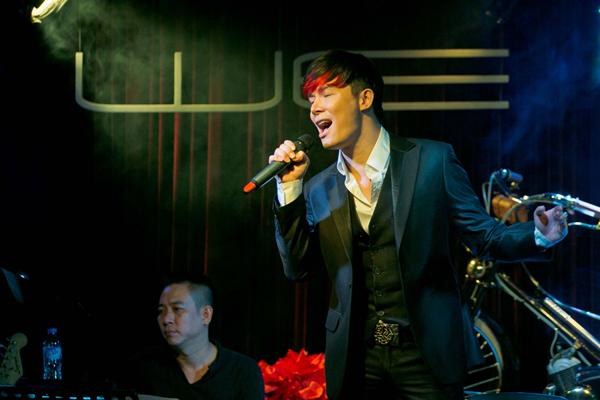 Trong đêm nhạc vì miền Trung, Nathan Lee và Thu Minh đã thể hiện các ca khúc bằng nhiều thứ tiếng.