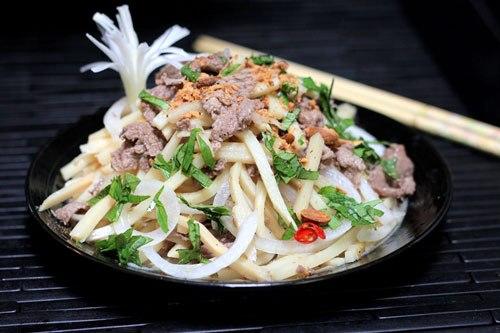 Ngày hè oi nóng, món nộm đơn giản với măng giòn, quyện với vị chua nhẹ, thịt bò ngọt, chắc hẳn các thành viên trong nhà bạn sẽ mê tơi.