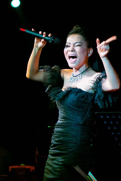 Tối 3/11, Thu Minh cùng Nathan Lee và các nghệ sĩ khác tổ chức đêm nhạc 'Vì miền Trung' tại TP HCM.