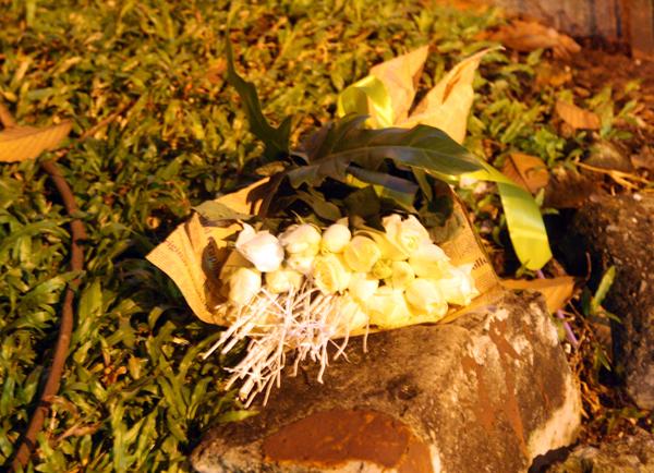 Trên vỉa hè là bó hoa của nạn nhân.