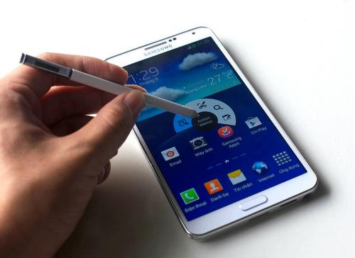 Sự khác biệt chính ở phiên bản 4G là việc dùng chip 4 nhân Snapdragon 800 của Qualcomm, cho hiệu năng tốt hơn bản dùng chip 8 nhân Exynos bán chính hãng ở Việt Nam.