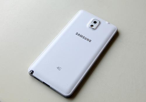 Mặt lưng nhựa giả vân da có thêm logo 4G ở gần đuôi máy.