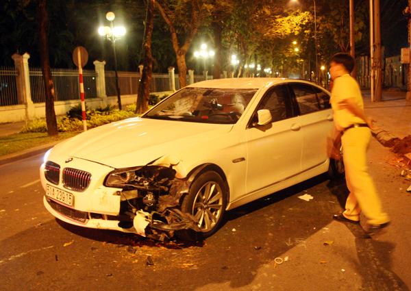 Xe BMW 523i của Hoàng Yến đời 2012 mang biển 5 số với giá hơn 2 tỷ đồng. Từ khi mua, Hoàng Yến thường xuyên lái chiếc xe BMW màu trắng đi dự sự kiện. Hồi tháng 4, cô siêu mẫu cũng gặp tai nạn khi lái chiếc BMW này ở gần góc đường Hai Bà Trưng, Đông Du, quận 1. Lần va đó, xe tiền tỷ bị móp nhẹ phía sau, còn Hoàng Yến không bị thương.