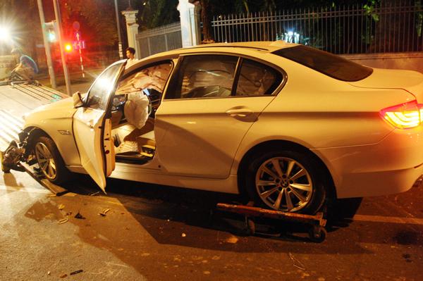 Do 4 bánh xe bị kẹt cứng nên việc cẩu xe khỏi hiện trường gặp nhiều khó khăn. Đến gần 3 giờ sáng, xe cứu hộ mới kéo xe sang trọng này về nhà kho của Cảnh sát giao thông quận 1.