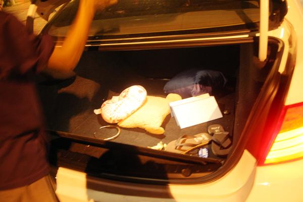 Tư trang trong xe bị nạn. Hiện chưa xác định số người trên xe và Hoàng Yến của phải là người cầm lái hay không.