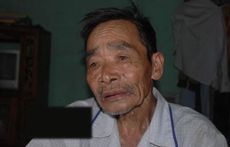 Ông Nguyễn Não xúc động khi kể lại câu chuyện tìm con.