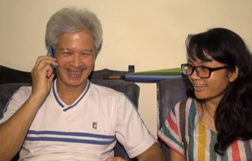 Ông Long tươi cười nói chuyện bằng tiếng Czech với cô con gái Katerina đang ở châu Âu. Ngồi bên cạnh là con gái út Nguyễn Hoàng Cúc.