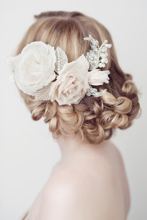 Hoa giấy xinh xắn cài tóc cô dâu