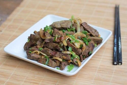 Món gan lợn xào ngũ vị là một gợi ý cho bạn khi thời gian eo hẹp. Gan bùi bùi quyện lẫn với gia vị, hành tây thơm, làm lại nhanh.
