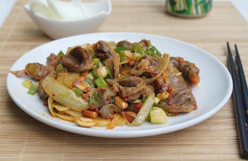 Mề gà giòn có vị hơi cay, xào lẫn với lạc và hành tây, có thể dùng làm món mặn ăn chơi hoặc món nhắm đều ngon.