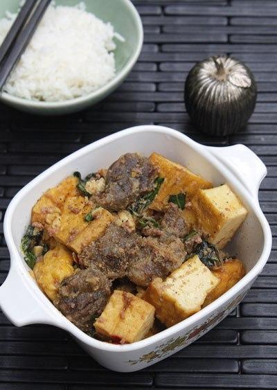 Với một chút biến tấu bạn đã có món đậu phụ kho bắp bò với bắp bò thấm gia vị, đậu phụ bùi bùi, điểm xuyến với mùi thơm của rau quế và patê gan.